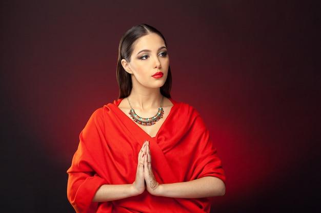 Bella donna in stile orientale con mehendi su oscurità