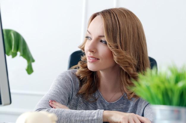 Bella donna in ufficio