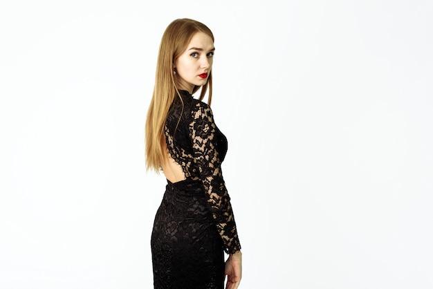 Bella donna in un abito di pizzo nero