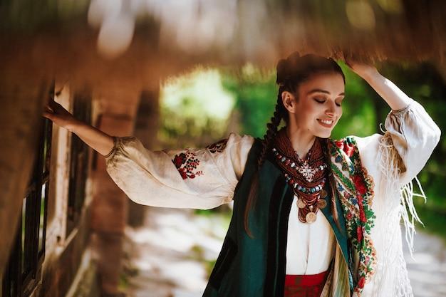 Bella donna in un abito tradizionale ucraini sorrisi