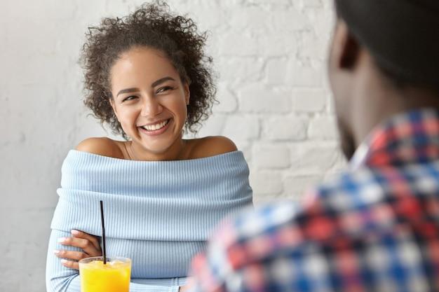 Bella donna in un bar con il fidanzato
