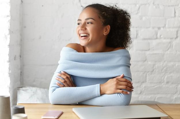 Bella donna in un caffè con il computer portatile