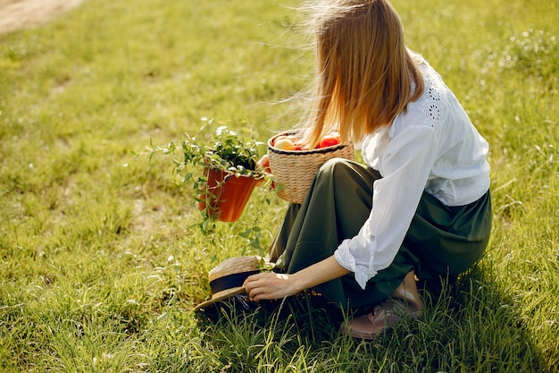 Bella donna in un campo estivo