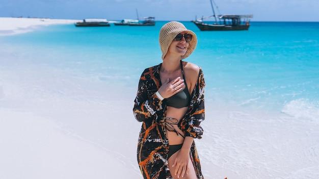 Bella donna in vacanza sull'oceano