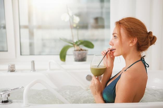 Bella donna in vasca idromassaggio al centro benessere