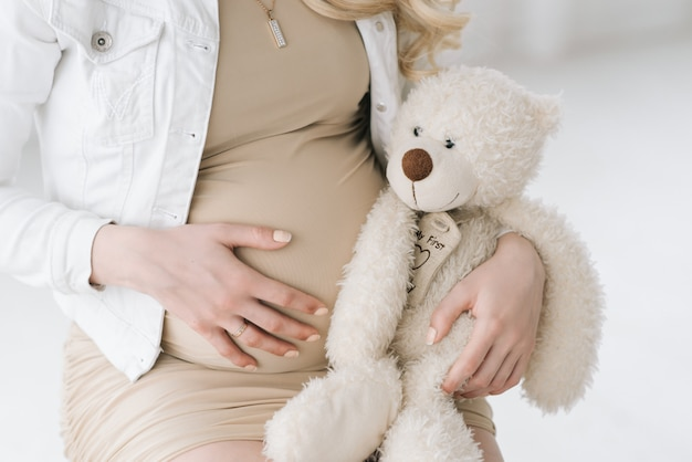 Bella donna incinta bionda