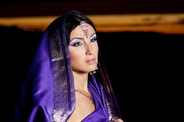 Bella donna indiana con la moda tradizionale
