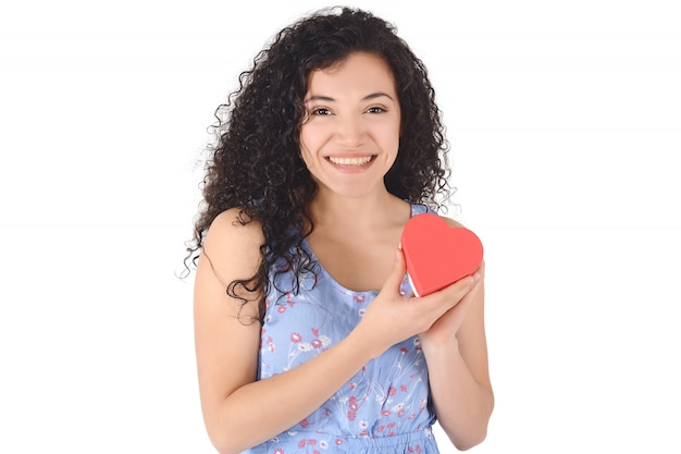 Bella donna latina, tenendo i cuori di carta rossa.