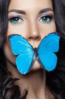 Bella donna misteriosa farfalle di colore blu