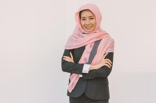 Bella donna moderna asiatica musulmana di affari