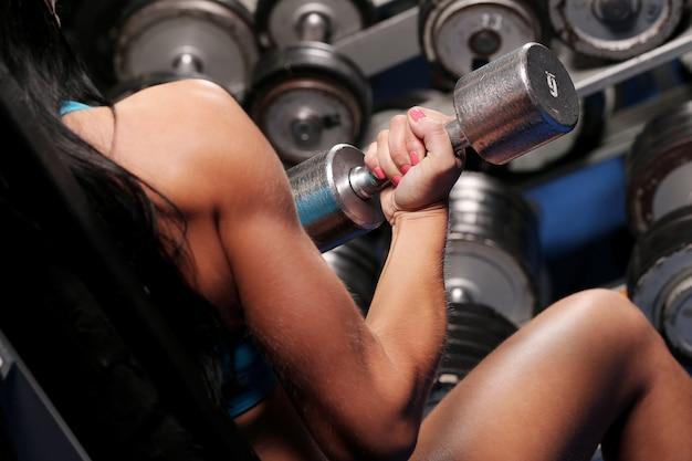 Bella donna muscolare in una palestra