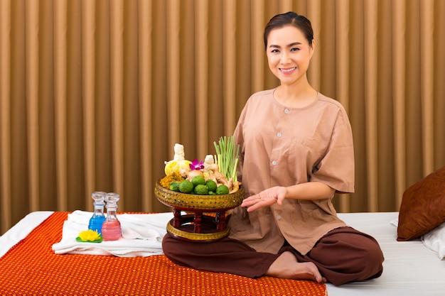 Bella donna nel salone di massaggio tailandese