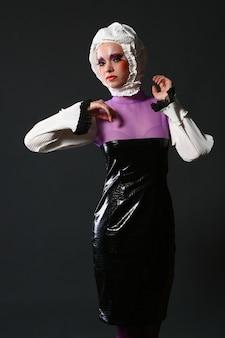 Bella donna nell'immagine di moda