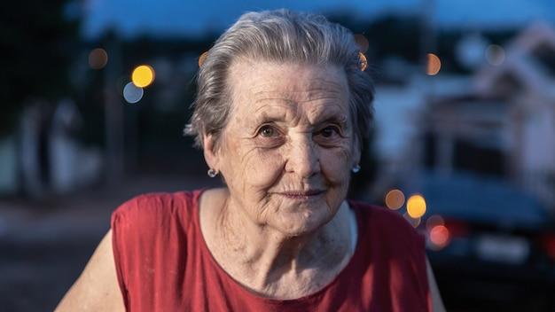 Bella donna più anziana che ride e che sorride. sorridente donna anziana