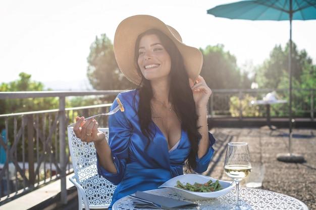 Bella donna pranzando su una terrazza