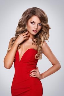 Bella donna riccia in abito rosso