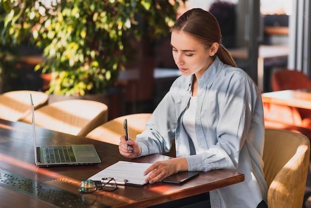 Bella donna scrivendo su una lavagna per appunti