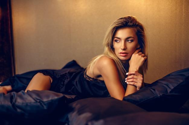 Bella donna sdraiata sul letto