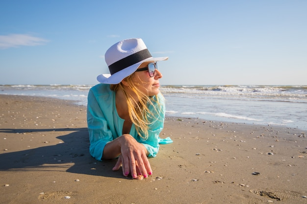 Bella donna sdraiata sulla riva