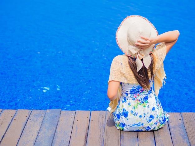Bella donna seduta sul bordo della piscina