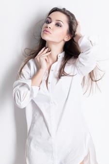 Bella donna sensuale in camicia da uomo