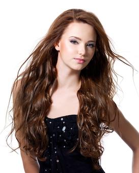 Bella donna sexy con i capelli lunghi marroni - isolato su bianco