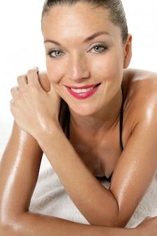 Bella donna sexy con labbra rosse e bikini
