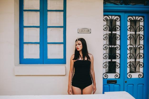 Bella donna sexy in posa su uno sfondo di porte in legno