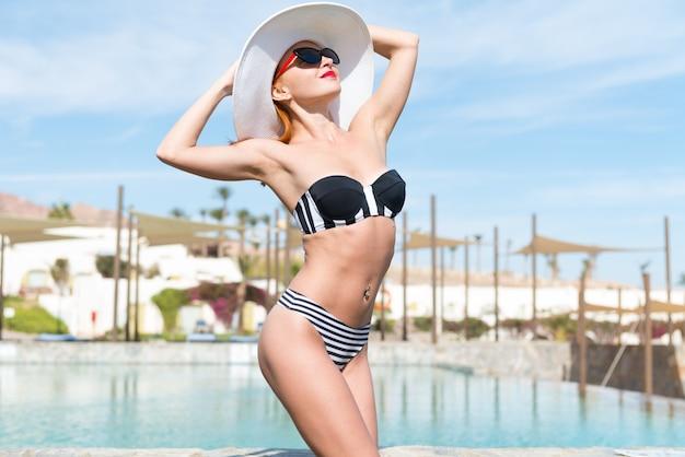 Bella donna sexy vicino alla piscina