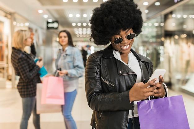 Bella donna shopping con gli amici