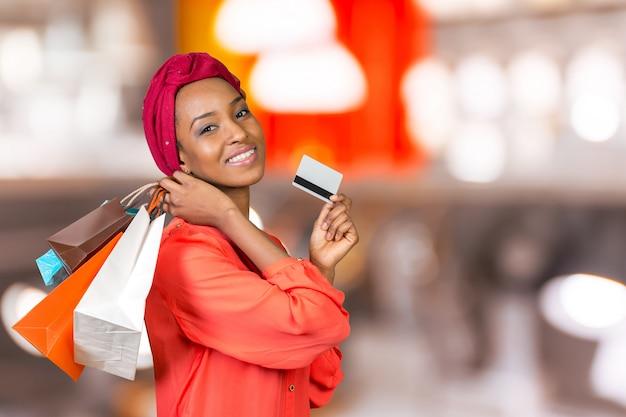 Bella donna shopping e borse per la spesa