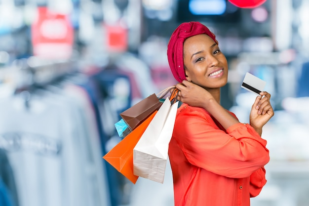 Bella donna shopping e tenendo le borse
