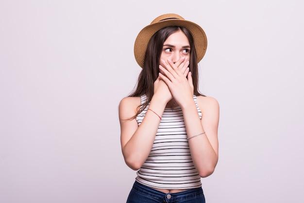 Bella donna sorpresa felice con emozioni positive isolato su sfondo bianco