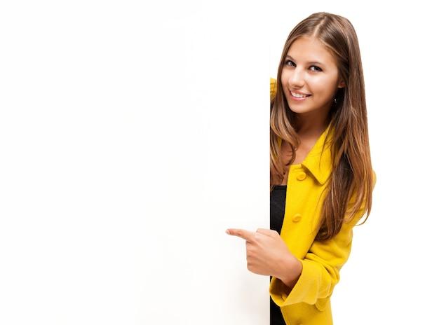 Bella donna sorridente che mostra un bordo bianco
