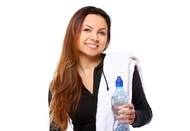 Bella donna sorridente con una bottiglia di acqua