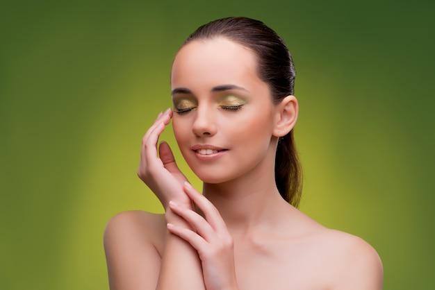 Bella donna su sfondo verde