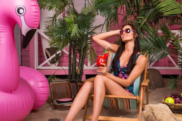 Bella donna su una spiaggia tropicale