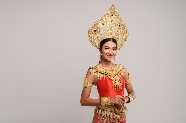 Bella donna tailandese che indossa un abito tailandese e un sorriso felice.
