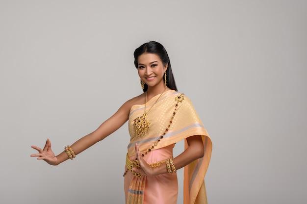 Bella donna tailandese che porta vestito tailandese e ballo tailandese