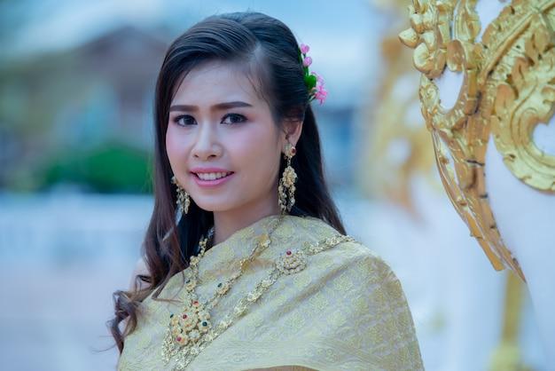 Bella donna tailandese in costume tradizionale in phra that choeng chum tailandia tempio