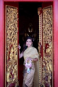 Bella donna tailandese in costume tradizionale vestito al tempio della thailandia