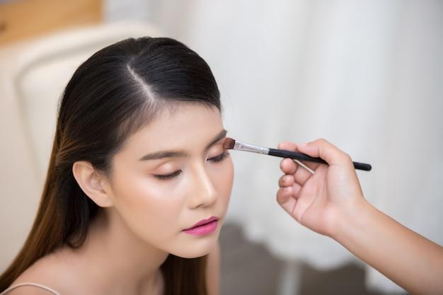 Bella donna viso e mano di make-up