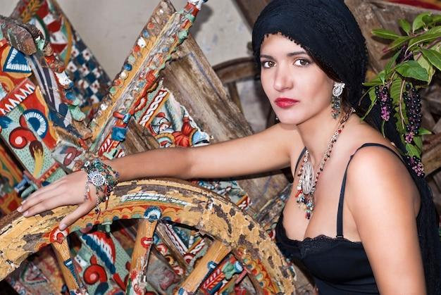 Bella e affascinante bruna in stile siciliano