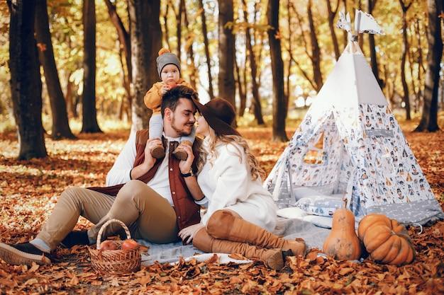 Bella ed elegante famiglia in un parco