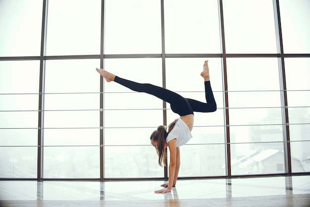 Bella ed elegante ragazza facendo yoga