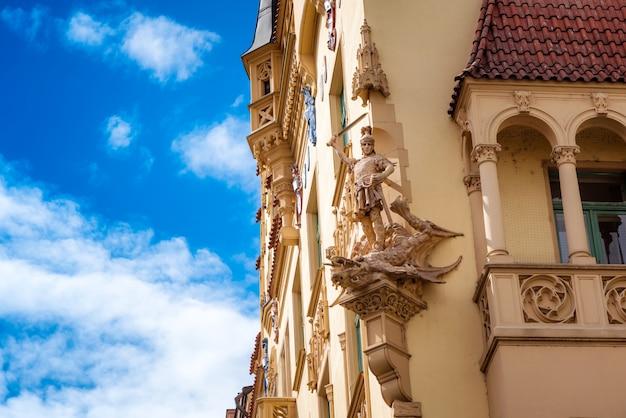 Bella facciata del vecchio edificio nel quartiere ebraico. repubblica ceca, praga.