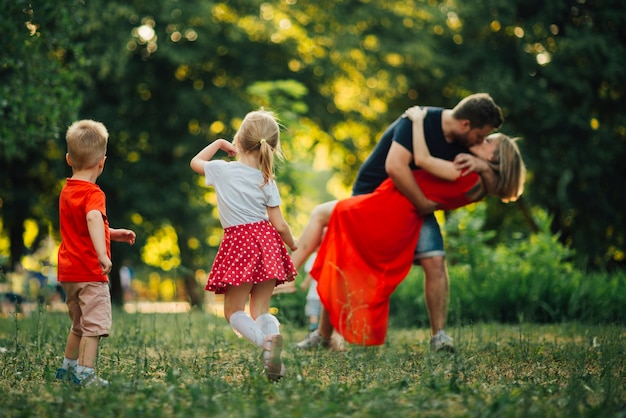 Bella famiglia che balla nel parco