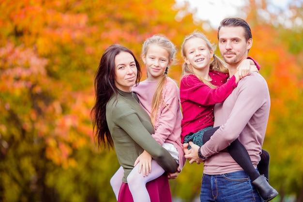 Bella famiglia di quattro felice nel giorno di autunno all'aperto