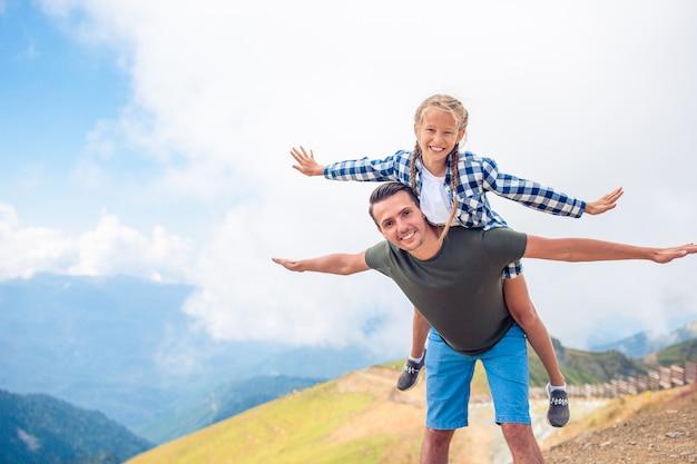 Bella famiglia felice in montagna