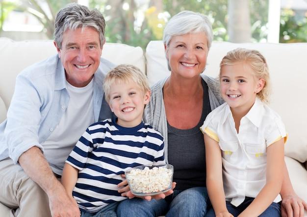 Bella famiglia guardando la tv